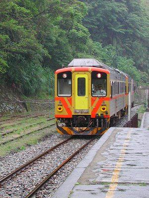 菁桐駅へ列車が到着します